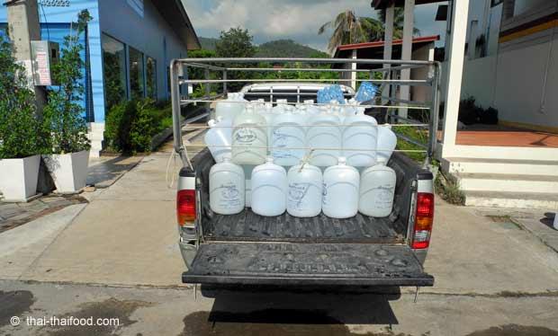Pickup Lieferwagen mit Trinkwasser Ballonflaschen