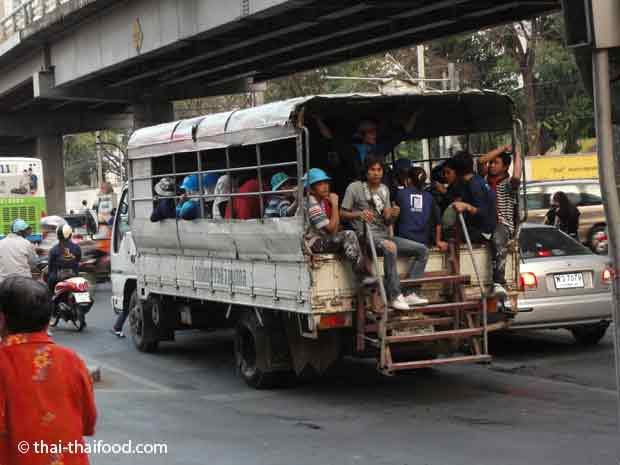 Truck voll mit Arbeitern
