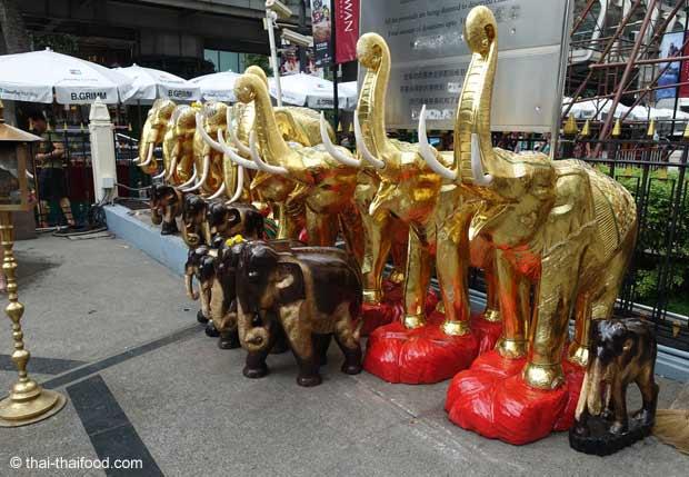 Erewan Schrein Opfergaben Elefanten