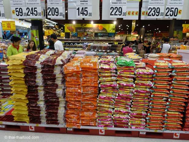 Thai Supermarkt mit verschiedenen Reissorten