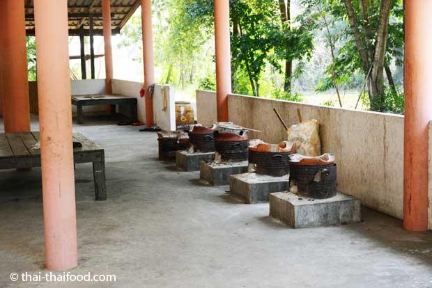 Vier thailändische Holzkohleöfen