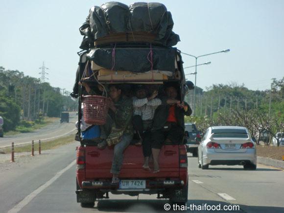 Überladener Pick-up auf dem Motorway von Bangkok nach Korat