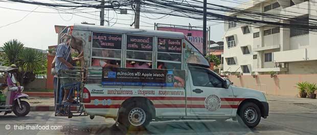 Songthaew mit Trittbrettfahrer
