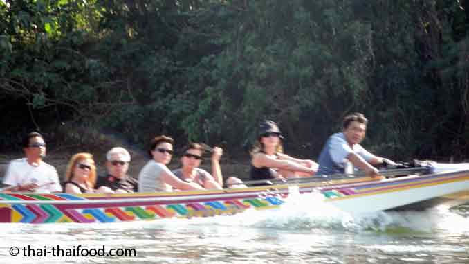 Touristen im thailändischen Longtailboot