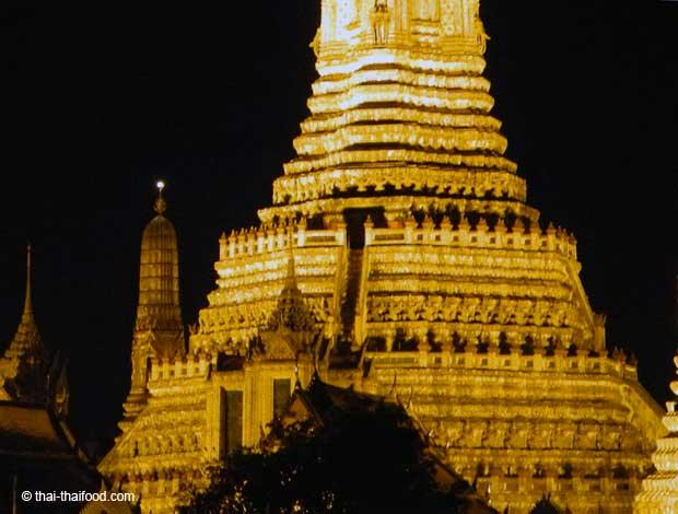 beleuchteter Wat bei Nacht