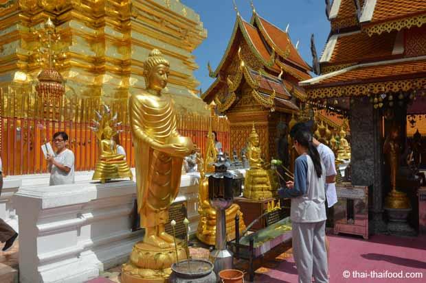goldene Statuen