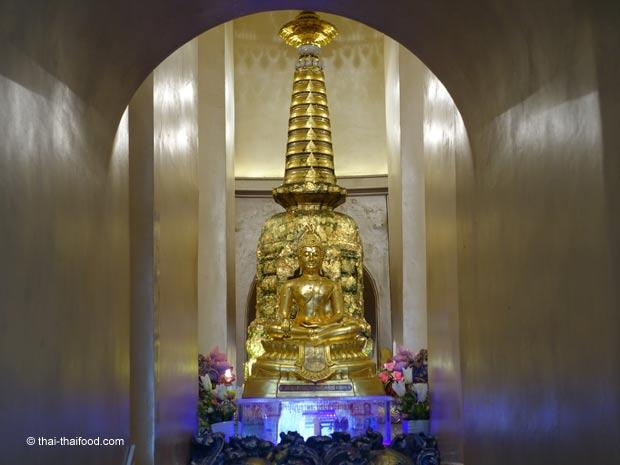 Buddhas Reliquien besichtigen im Wat Saket