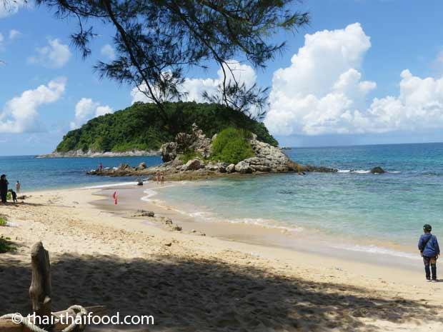 Yanui Beach und Felsen und die Insel Koh Man im Hintergrund