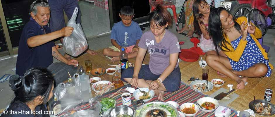 Essen in Thailand auf dem Boden