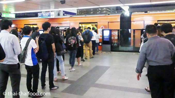 schlangestehen Metro Bangkok