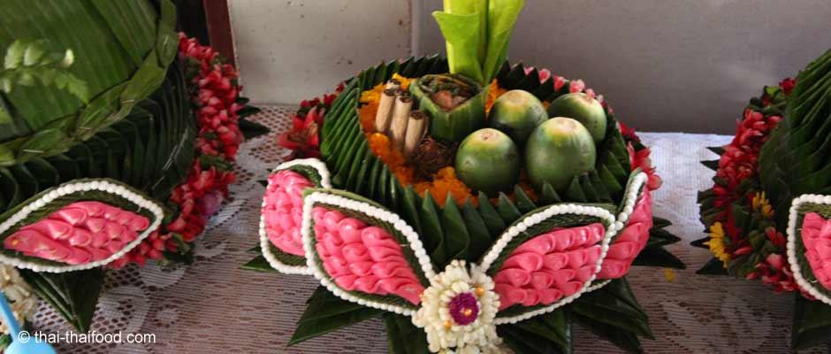 Geflochtene Blumen mit Bananenblätter