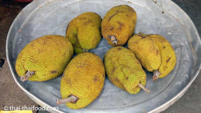 Junge Jackfrüchte auf einem Markt in Thailand