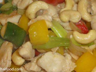 gebratenes Hühnerfleisch mit Cashew Nüssen
