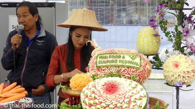Festival Veranstalter und Thai Gemüseschnitzereien