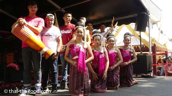 Thai Tanzgruppe und Thai Band auf dem Thai Fest in Bülach