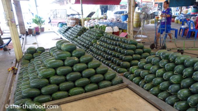 Im Thai Straßenverkauf Wassermelonen kaufen